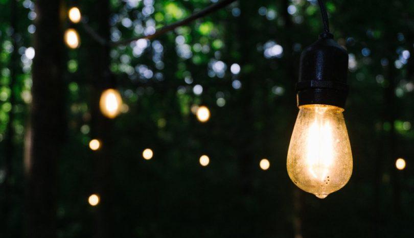 Lys upp trädgården med miljövänliga solenergilampor